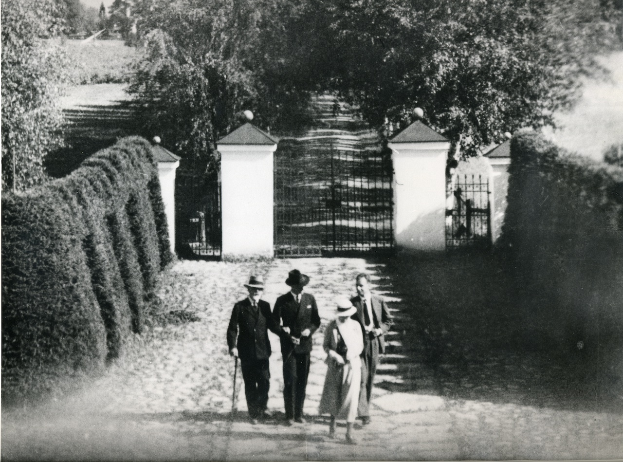 Munthe with sons Malcolm, Peter and Hilda at the family estate Hildasholm